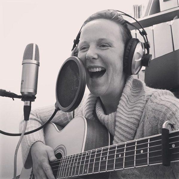 Lynz Crichton, UK Singer Songwriter, Acoustic Folk Alternative